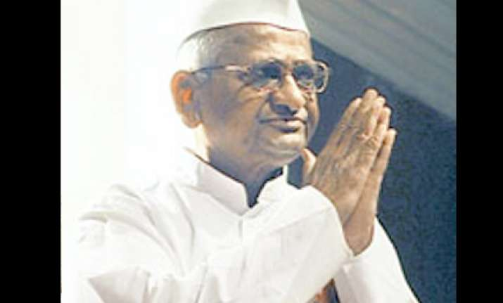 anna hazare ends fast on assurance from home minister