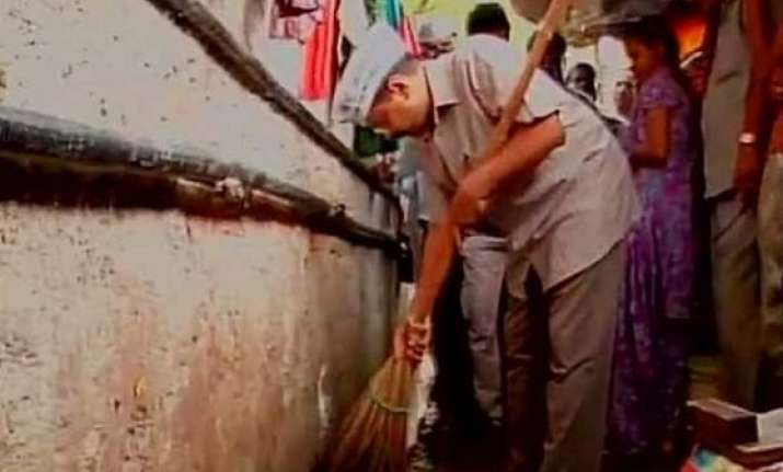 arvind kejriwal cleans choked drains near pm s house