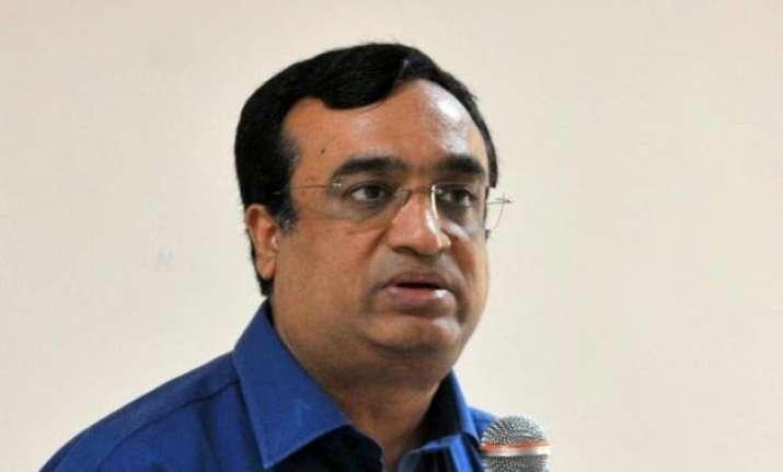 maken challenges kejriwal for debate on unauthorised