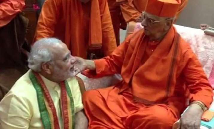 pm modi to meet his guru swami atmasthanand maharaj who had