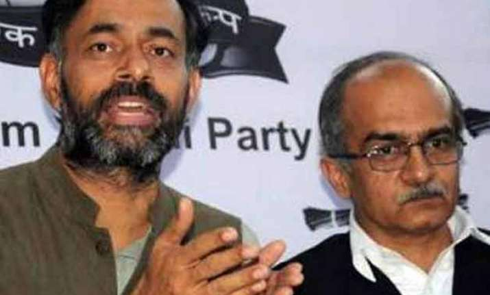 aap dissidents yadav and bhushan meet supporters to discuss