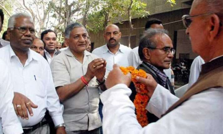 cong asks pm modi to apologise for dog analogy of vk singh