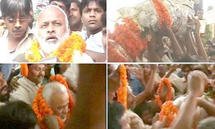 chaos over garland of notes in patna