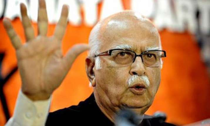 advani asks pm to publicly respond to sc observations