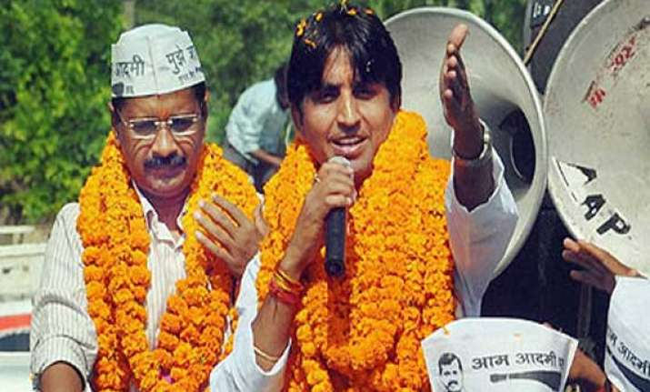 kejriwal says congress bjp playing friendly match in amethi