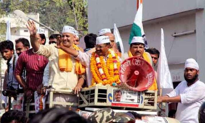 kejriwal slams modi rahul for their helicopter democracy