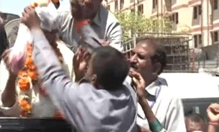 kejriwal visits house of autorickshaw driver who slapped
