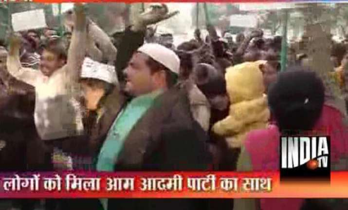 kejriwal agitators detained during protest outside cm s