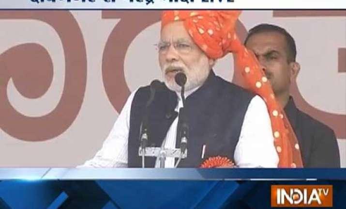 live reporting narendra modi shares dais praises