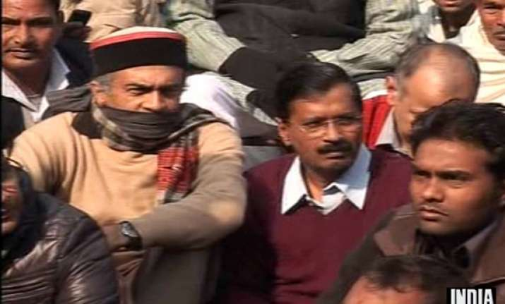 live kejriwal leads silent protest at jantar mantar against