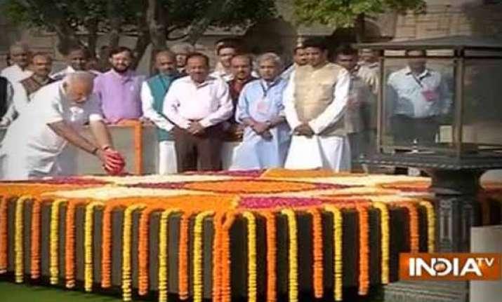 modi pays tribute to mahatma gandhi meets vajpayee
