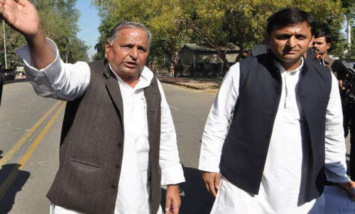 mulayam meets senior sp leaders to review poll result
