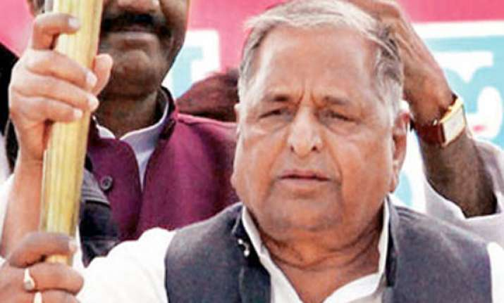 mulayam keeps options open for pm s race