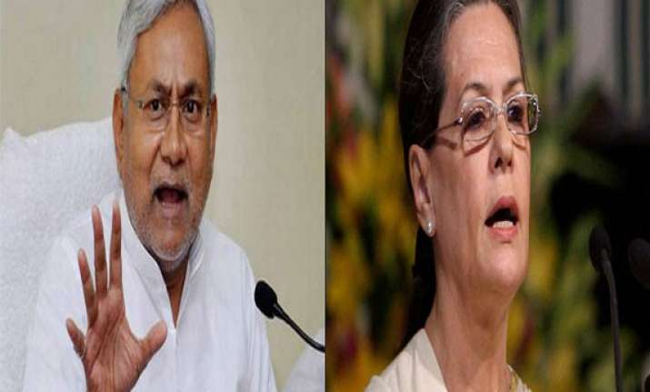 nitish lashes out at sonia for playing communal card