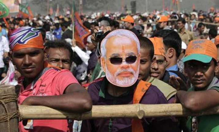 only 50 000 turned up at modi s kolkata rally says varun