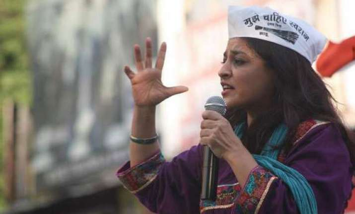 stones pelted at dais during aap leader shazia ilmi s rally