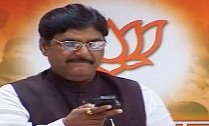 sulking munde meets udhav thackeray