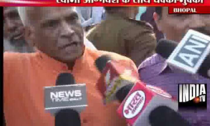 swami agnivesh manhandled by vhp activists for amarnath