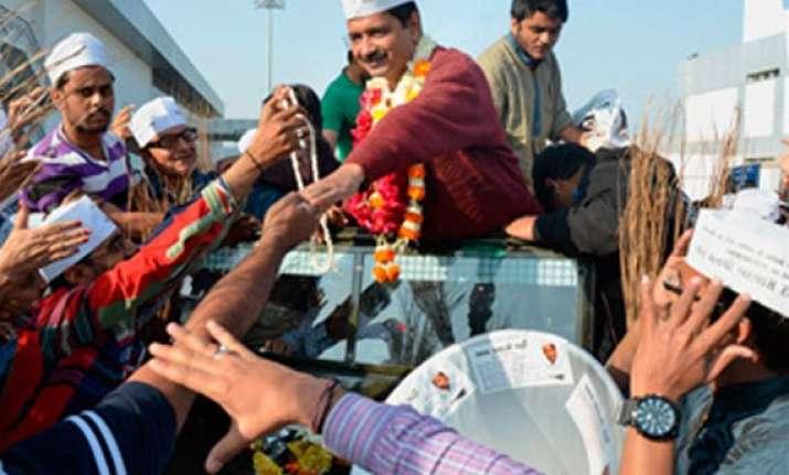 villagers wave black flags at kejriwal term him anti gujarat