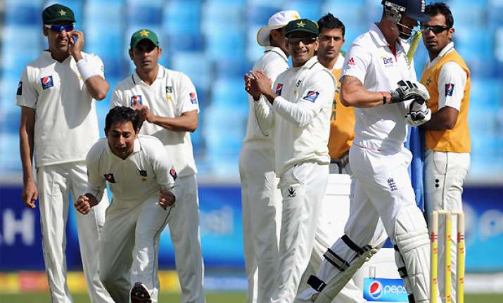 pakistan bowls out england for 192 reaches 42 0