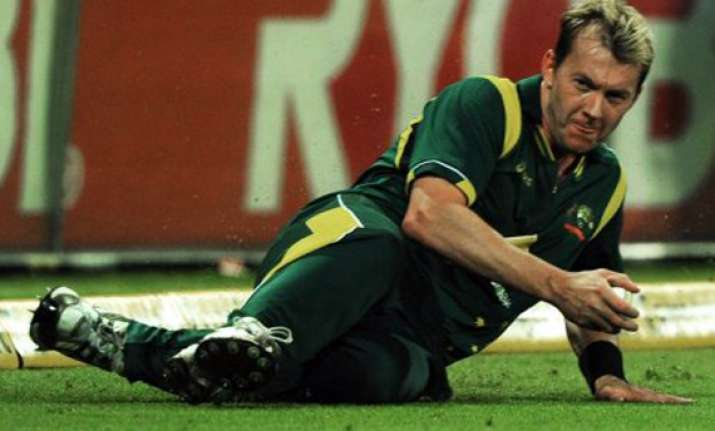 brett lee to play on through pain barrier