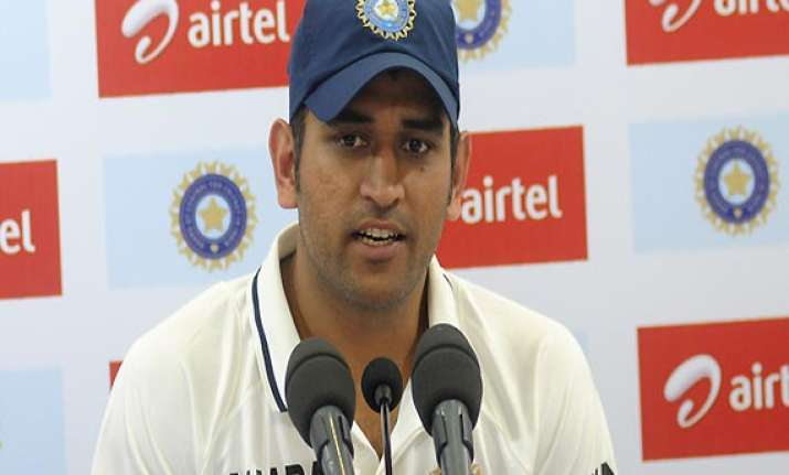 dhoni refuses to break the bcci gag