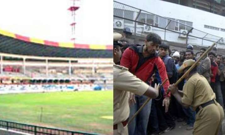 fans lathicharged outside chinnaswami stadium