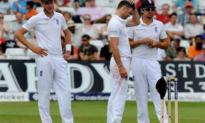 hussain questions english bowling on green pitch