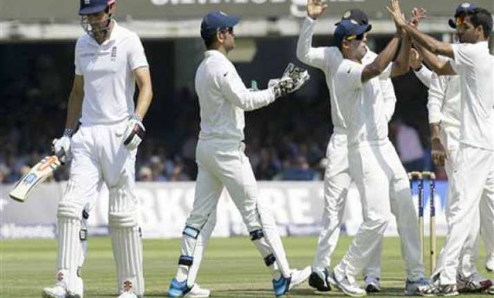 india tighten grip on 2nd test by reducing england 51/2 at