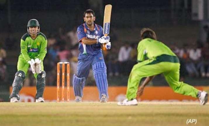 dhoni praises team india s fighting spirit