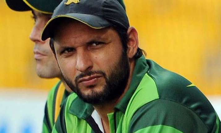 watch shahid afridi defends india in front of pakistani