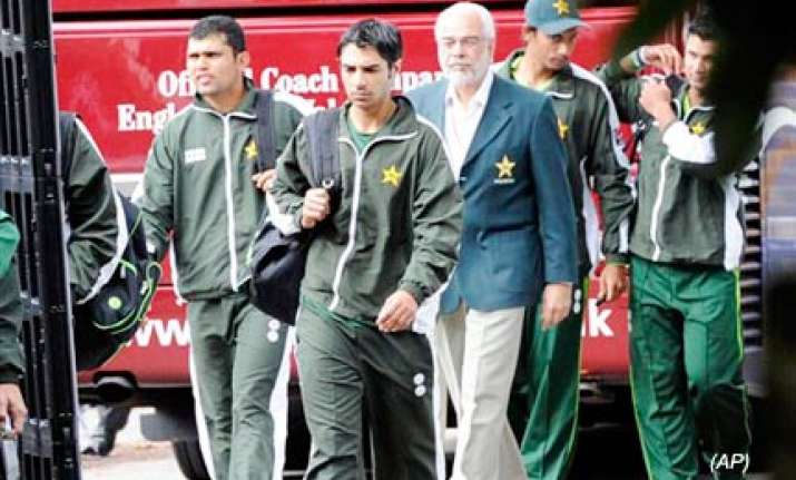 police find wads of notes in pak players hotel rooms