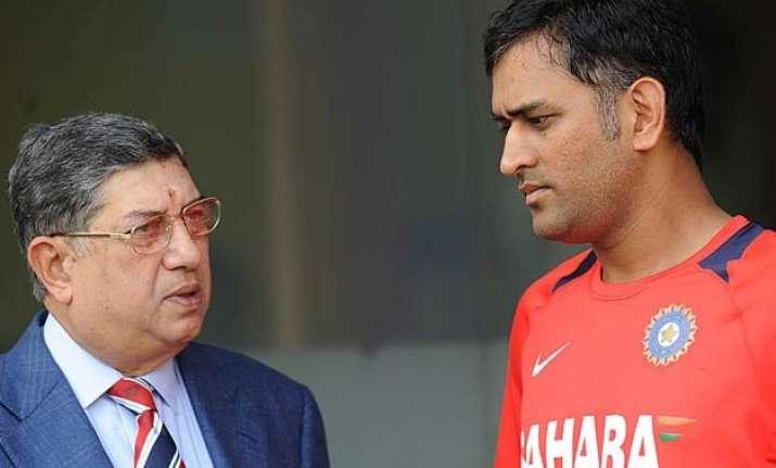 dhoni criticised for meeting srinivasan in chennai
