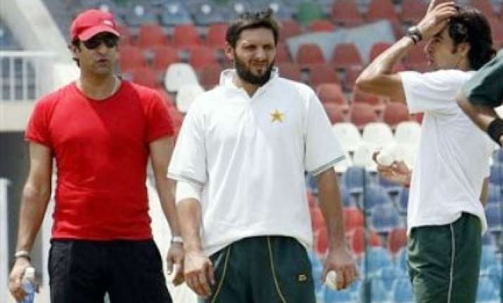 akram backs afridi for captaincy