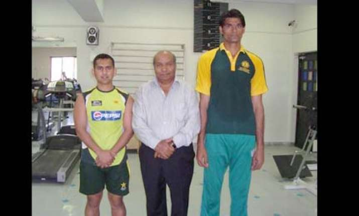 kkr signs up 7 1 pak pacer mohd irfan
