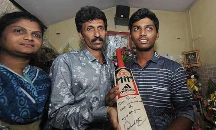 sachin tendulkar gifts his bat to pranav dhanawade for