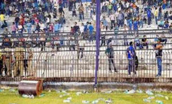 ind vs sa 2nd t 20i irate fans hurl water bottles at