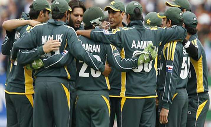 pakistan players sign central contract