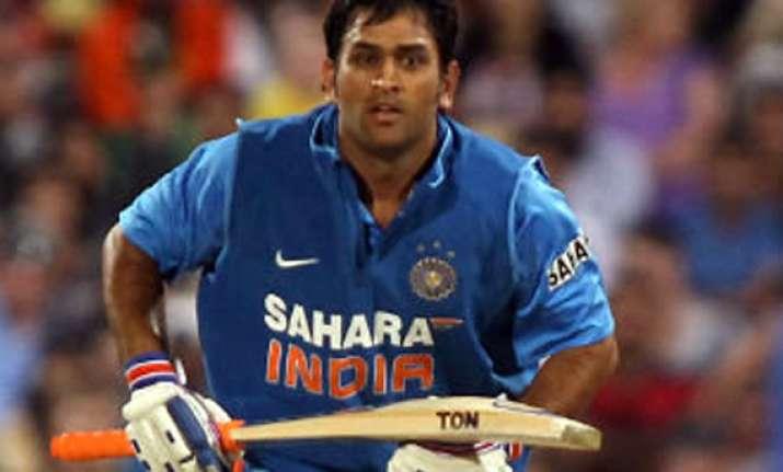 dhoni takes india to 227/6