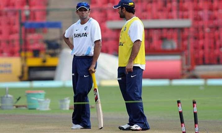 rahul dravid backs dhoni to remain captain