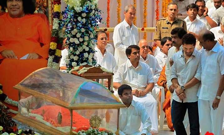 tendulkar weeps near sai baba s mortal remains