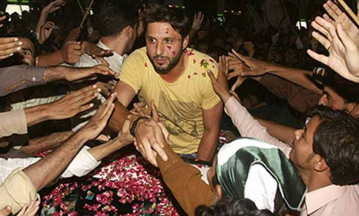 thousands welcome shahid afridi at airport