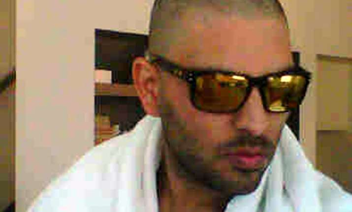 yuvraj posts his bald headed pic on twitter
