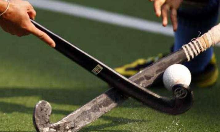 india s warring hockey bodies make temporary truce