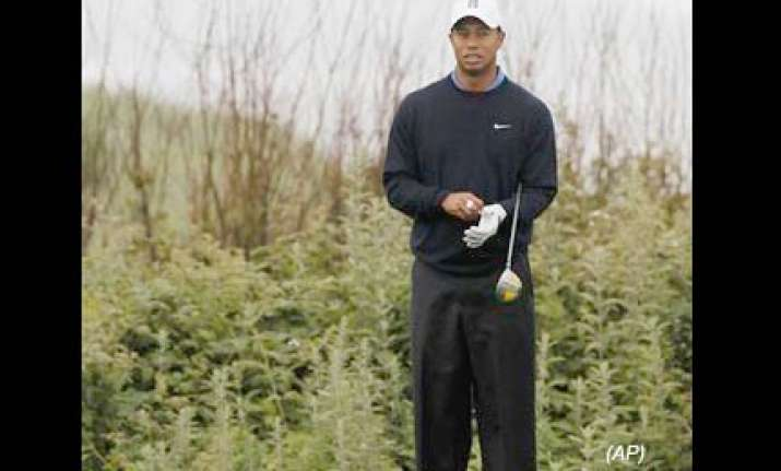tiger woods gets ready to play in us open