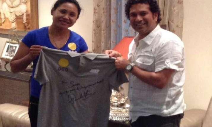 tendulkar meets sarita presents her autographed jersey