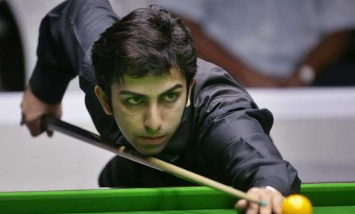 advani leads the way to last 16