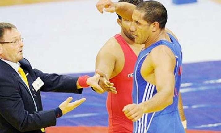 australian wrestler stripped of silver for rude gesture
