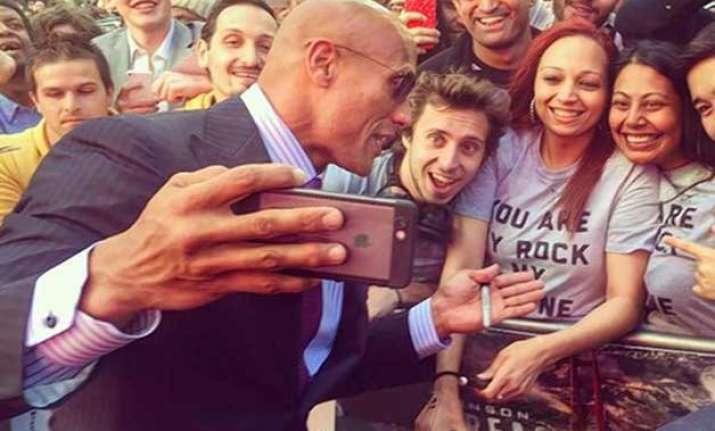 wwe superstar dwayne johnson sets selfie world record 105