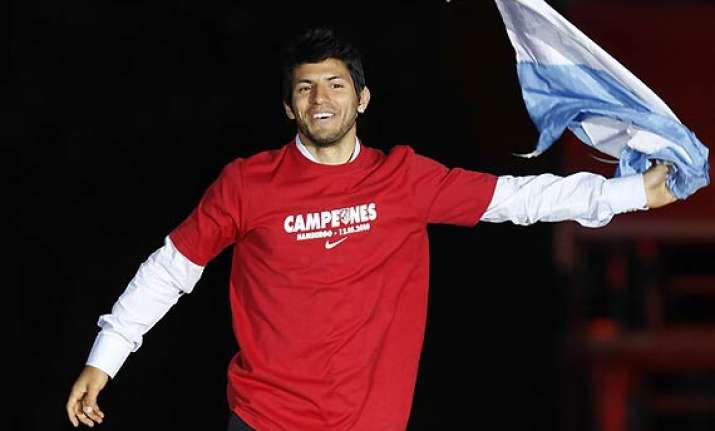 aguero flies into manchester to seal city switch